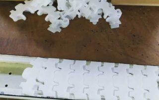 Transport-Band-Kunststoff-Glieder-aufgesteckt-und-gestrahlt